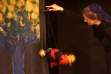 Der Feuervogel nascht von den goldenen Äpfelchen (C) Cassiopeia TheaterVerlag Mierke