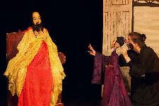 Der Hofdiener berichtet dem Kaiser von China. (C) Cassiopeia TheaterVerlag Mierke